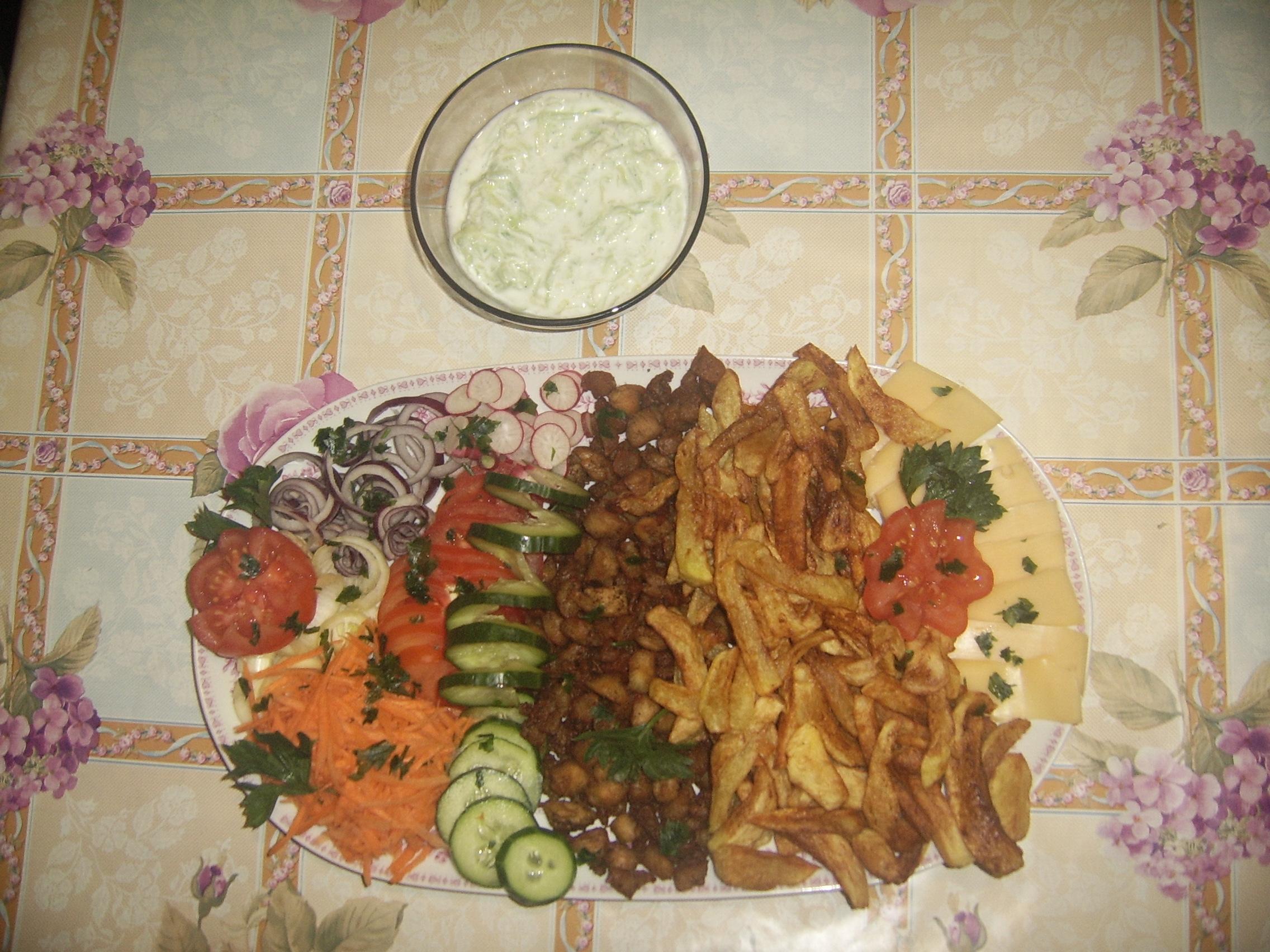 Gyros tál tzatziki salátával