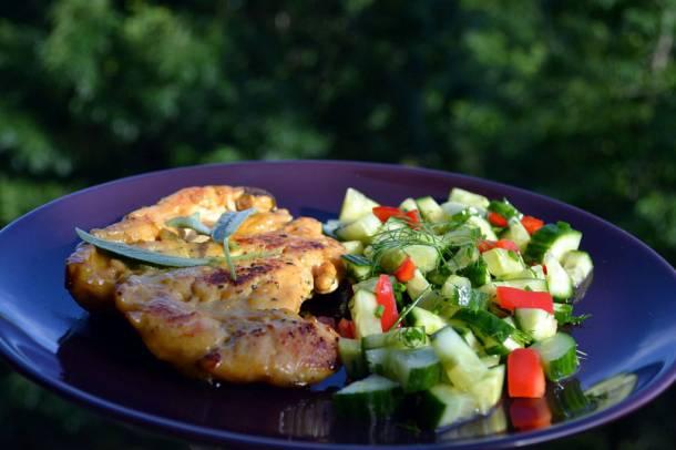 Zsályás csirkemell színes salátával