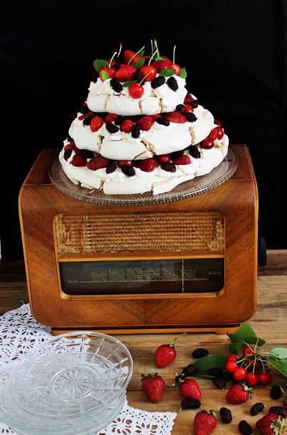 Emeletes Pavlova-torta gyümölcsökkel