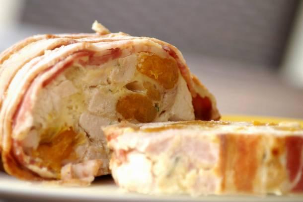 Salátalevélen érlelt, sárgabarackos baconös pulykamell