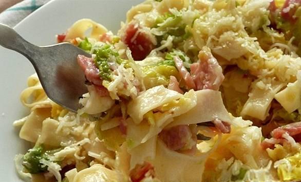 Kelkáposztás-baconös tészta