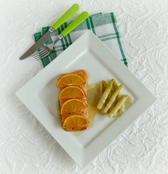 Narancsos lazac zöldfűszeres szósszal