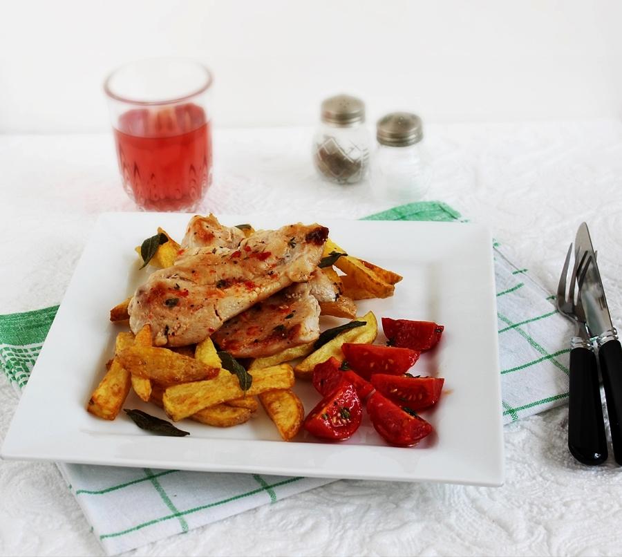 Fűszeres, szaftos csirkemell sült krumplival