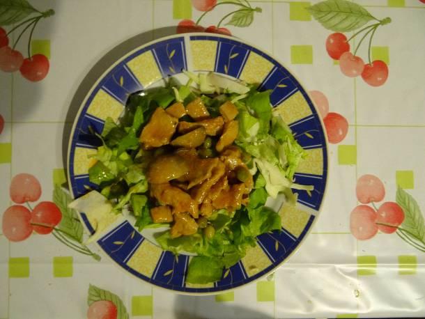 Borsós pörkölt salátával