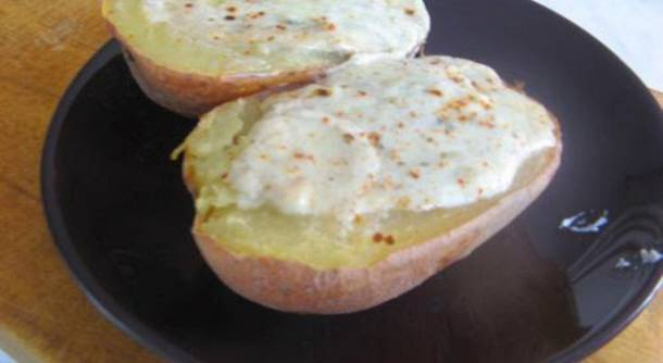 Héjában sült burgonya gorgonzolakrémmel