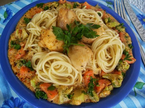 Csirkehúsos spagetti zöldséges szósszal