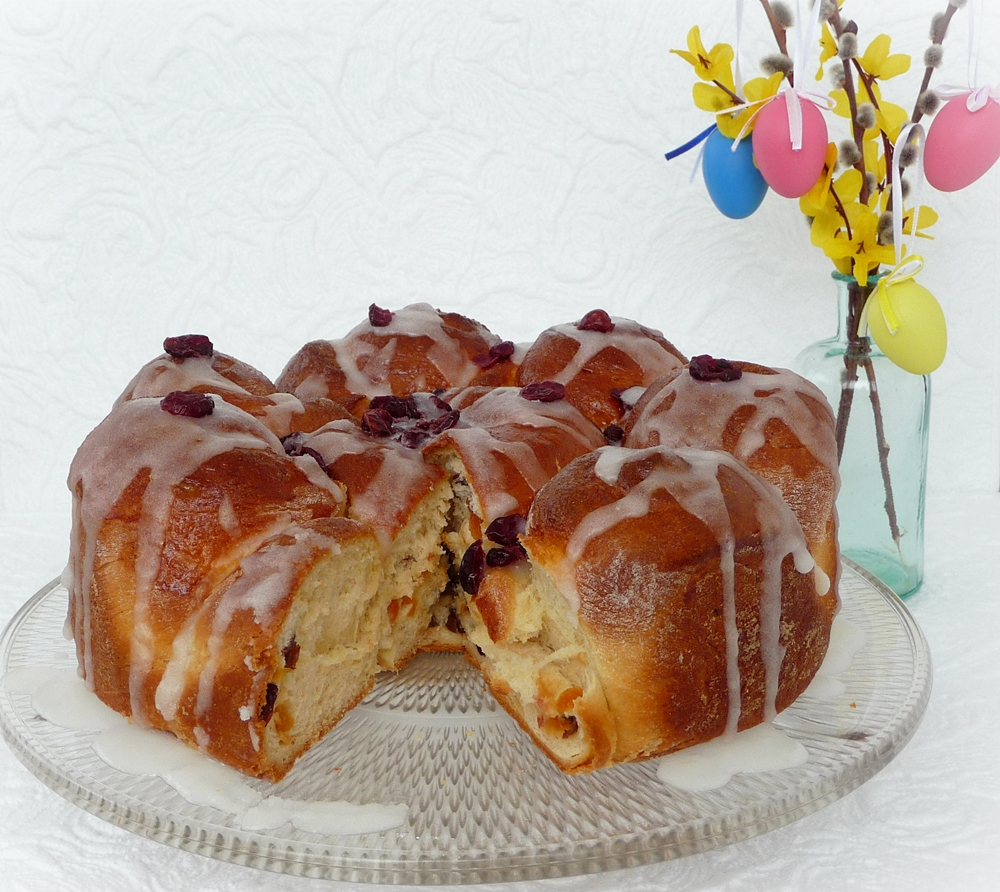 Húsvéti kalács aszalt gyümölcsökkel