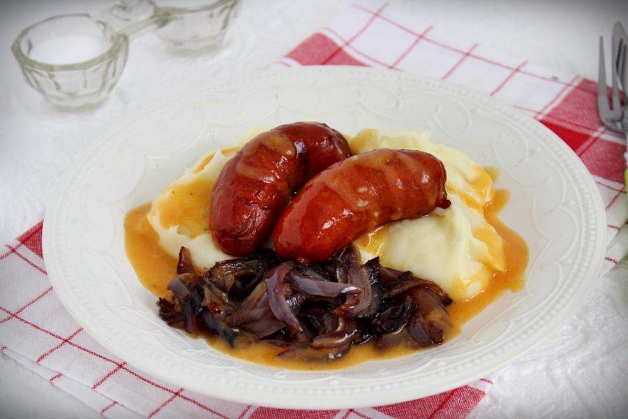 Szaftos sült kolbász hagymával és krumplipürével