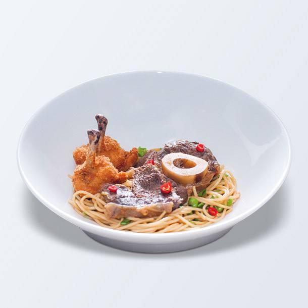 Párolt marhalábszár csípős csirkeszárnnyal és szójás tésztával
