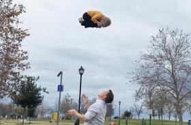 Apák gyerekek magasra dobálás