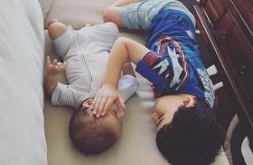 Beteg kisfiú testvér