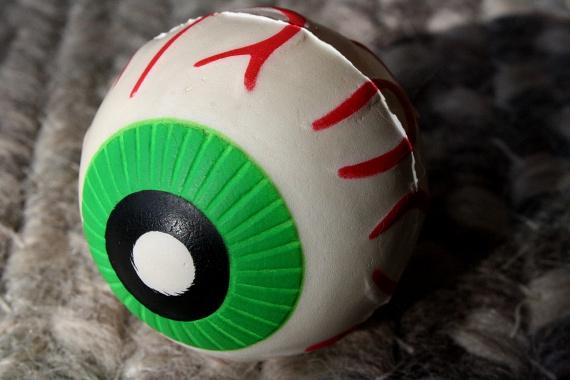 Ez a szemgolyó pedig kissé morbidra sikerült. Furcsa lehet egy ilyet pattogva látni.