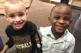 Gyerekek egyforma hajjal