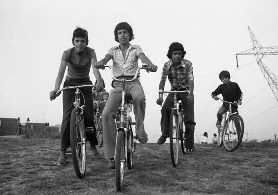 Ha csak tehették, együtt voltak, bicikliztek a fiúk. (1976)