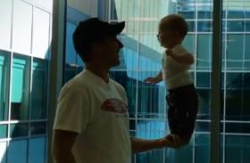 Ilyet is tud egy 5 hónapos? Két lábon állva egyensúlyozik apukája kezében