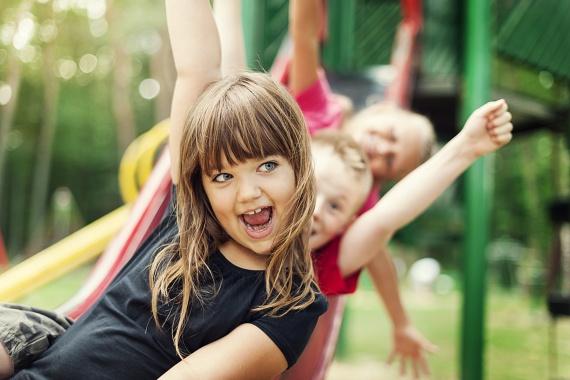 A játszótéren le sem lehet szedni a mászókárólHa a gyerek igazi örökmozgó, és szinte folyamatosan valamelyik mászókán van a játszótéren, akkor biztos lehetsz benne, hogy egy irodai munka nem lesz a legjobb választás a számára. Szereti a kihívásokat, élvezi, hogy sok másik gyerek van körülötte, és hogy folyamatosan összehasonlíthatja ügyességét, erejét a többiekkel. Érdemes versenysportot keresni a számára, mert ott lesz igazán elemében.