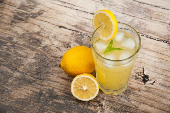 A citromban a sok C-vitamin mellett bőségesen található citromsav is, amely intenzívebb működésre készteti az emésztőrendszert, miközben a belekben megrekedt salakanyagoktól is segít megszabadulni. Reggelente, langyos vízbe facsarva, éhgyomorra ajánlott fogyasztani.