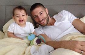Berki Krisztián és kislánya az ágyban