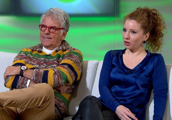 A 74 éves Ernyey Béla és a nála 38 évvel fiatalabb jogásznő, dr. Balaton Dóra kapcsolatának annak idején sokan nem jósoltak nagy jövőt. A színész 2009 júniusában vette feleségül szerelmét. Nem lett igazuk a károgóknak, a színész harmadik házassága máig harmonikus.