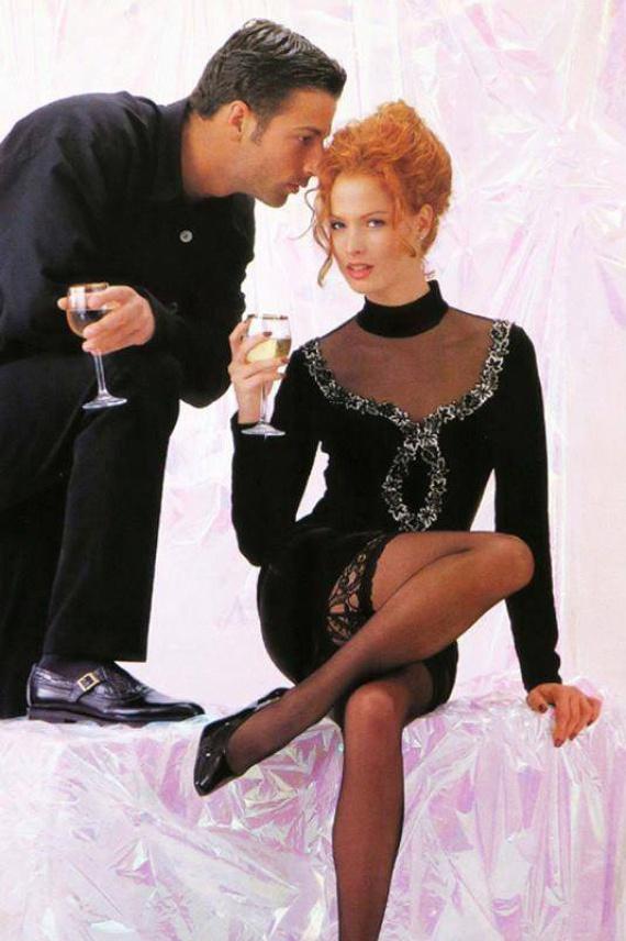 Dobó Kata 1996-ban, 22 évesen egy divatmagazin fotózásán pózolt göndör, vörös hajjal, de az 1997-es, A miniszter félrelép című filmben is ugyanilyen fürtökkel láthattuk.
