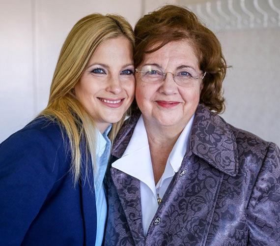 """Várkonyi Andrea, a FEM3 műsorvezetője ritkán mesél szüleiről, így azt is kevesen tudják, hogy orvosdinasztiából származik: a családnak 11 orvos tagja van, köztük 69 éves édesanyja is, aki szemész-gyermekszemész főorvosként dolgozik, számos tudományos fokozat birtokosa, folyóiratokat olvas, kongresszusokon tart előadást, naponta többször operál. Mindennap beszél lányával, aki az """"anyás"""" lelki gondjaival őt hívja."""