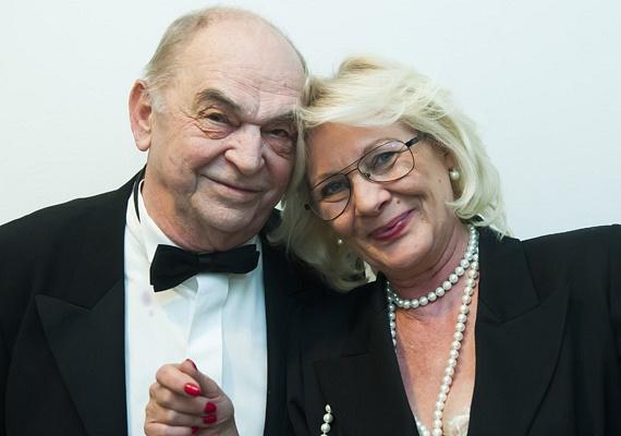 Bodrogi Gyula 40 éve él együtt Vass Angéla egykori modellel, aki Bodrogi Angélaként szokott bemutatkozni, noha nem házasodtak össze, hiszen a színész papíron még mindig Voith Ági férje.