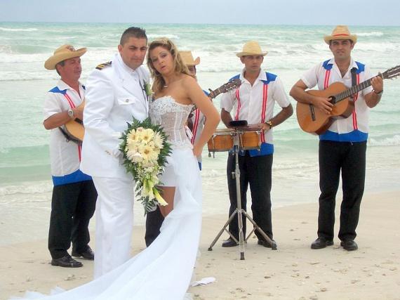 A Karib-tenger partján kubai zenészek csalták elő a dallamokat Győzikének és Bea asszonynak.