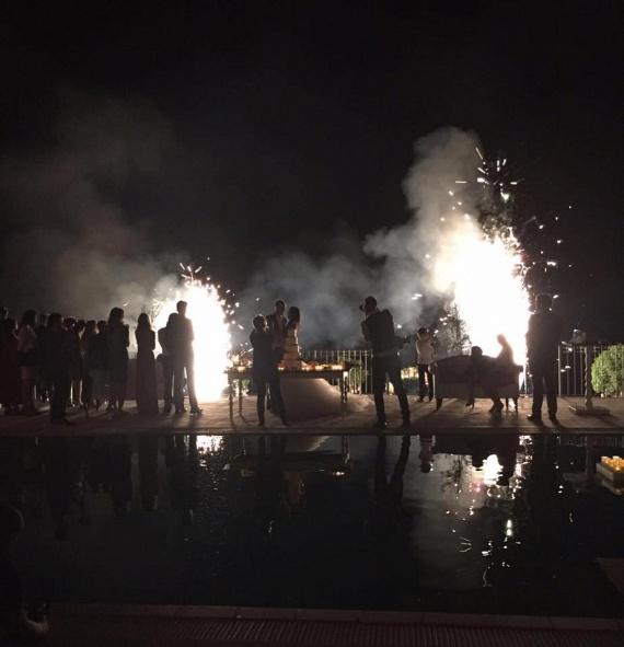 Éljen az ifjú pár - este még tűzijáték is szórakoztatta a násznépet.