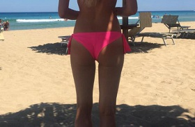 Iszak Eszti bikinis feneke