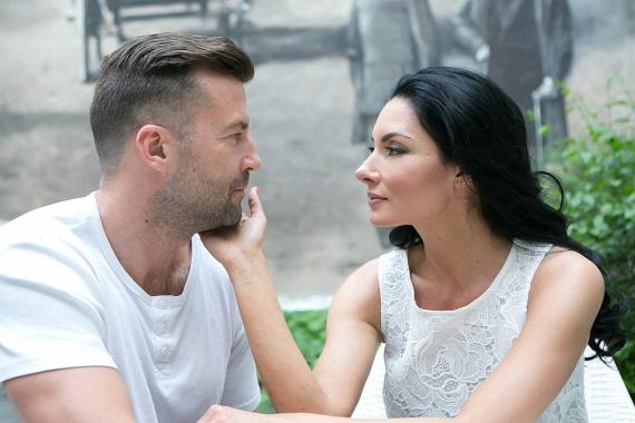 Gregor Bernadett 2013-ban, egy közös próba során vetett szemet jövendőbeli férjére, a három évvel fiatalabb Szarvas Attilára, rá egy évre pedig a lagzit is megtartották. A 44 éves színésznőnek ez a negyedik házassága.