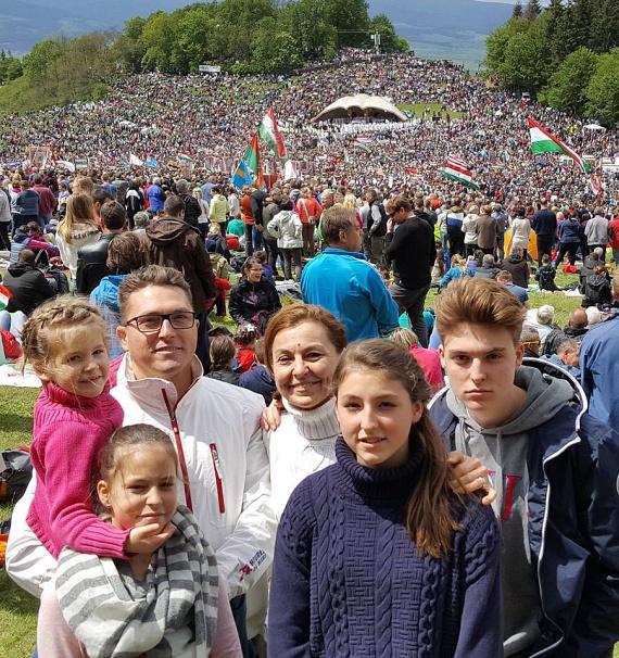 Kovács Ákos feleségével és négy gyermekével. Szinte hihetetlen, hogy a 48 éves zenésznek már egy 18 éves fia is van, legidősebb lánya, a 14 éves Anna pedig már most elképesztően hasonlít édesanyjára.