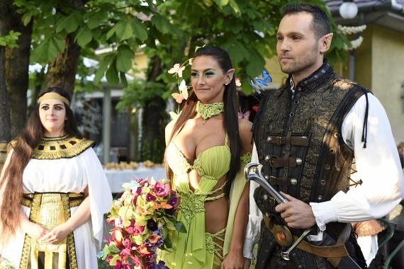 Müller Attila és Larion Zoé tündéreknek öltözve házasodtak össze, sőt, a vendégeknek is valamilyen jelmezben kellett megjelenniük.