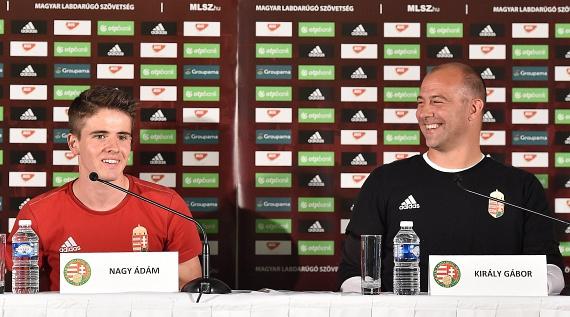 Nagy Ádám és Király Gábor kapus a franciaországi labdarúgó-Európa-bajnokságon szereplő magyar válogatott sajtótájékoztatóján, Montauroux-ban.