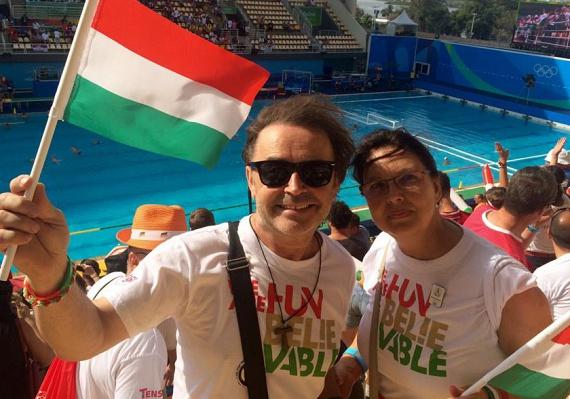 A 62 éves Szikora Róbert felesége, Zsuzsa nem szeret szerepelni, de amikor a riói olimpián együtt szurkoltak a magyaroknak, engedte, hogy szelfi készüljön kettejükről. Tiniként ismerkedtek meg, az X-Faktor egykori mentora 1975-ben vezette oltár elé szerelmét.
