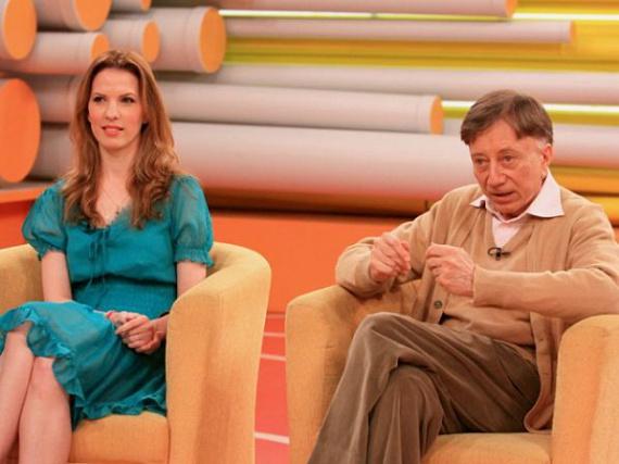 Vásáry Tamás és Tunyogi Henriett 16 éve keltek egybe. A balett-táncosnő 41 évvel fiatalabb, a zongoraművész-karmester 66 éves volt, amikor megismerkedtek. Heni az RTL Klub műsorában elmondta, a Zeneakadémián találkoztak Tamással, ahol a férfi rögtön elkérte a telefonszámát. Hamarosan megtörtént az első randevú, majd a második - és állítólag már ezen elhangzott a lánykérés!