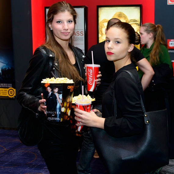 A szintén gyönyörű Stohl Luca és Rebeka tavaly novemberben a 007 Spectre: A Fantom visszatér című film premierjén.