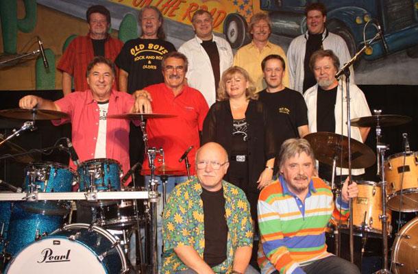 Az Old Boys 30 éves jubileumi koncertjén - Szabó György Balázs a kép jobb szélén, az alsó sorban