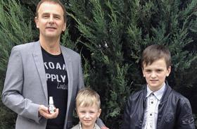 Szandi férje és fiai - fotó