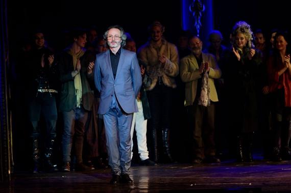 Lőcsei Jenő nevéhez fűződik a Budapesti Operettszínház olyan híres darabjainak a koreográfiája, mint a Marica grófnő, a Mozart!, a Rudolf, az Abigél, A Bajadér vagy a Marie Antoinette. A Liszt Ferenc-díjas táncos május 11-én ünnepelte a 60. születésnapját.