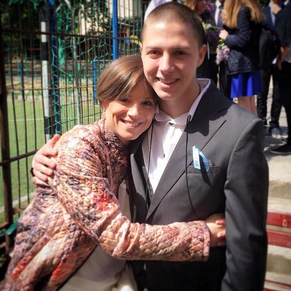 A színésznő és a táncművész 19 éves fia, Lőcsei Marcell idén áprilisban ballagott el.