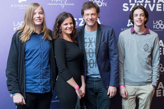 A Tiszta szívvel premierjén nemcsak Tilla felesége, de két nagyobbik fiuk is a fotósok elé állt: Simon (bal oldalon) júniusban lesz 15 éves, Andor pedig júliusban tölti be a 18. életévét.