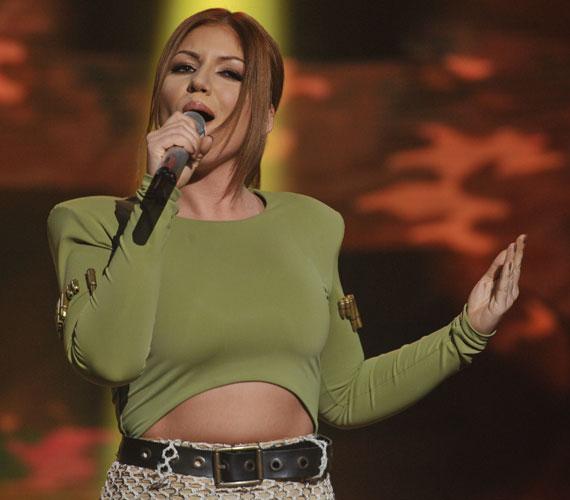 A zsűri továbbjuttatta Tolvai Renit A Dal szombat esti első elődöntőjéből. Az énekesnő ruhájával már nem aratott egyöntetű tetszést, sok nézőnek nem tetszett.