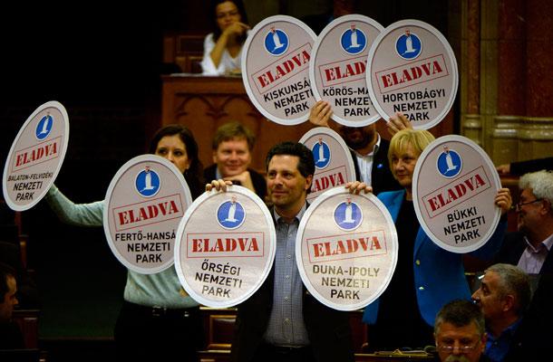 Az LMP frakciója tiltakozik a törvény elfogadása ellen a parlamentben