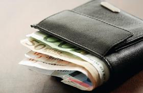 Önkormányzatnál dolgozni jó: milliós jutalmakat osztanak