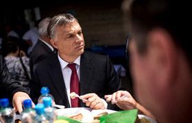 Orbán kolbászozik