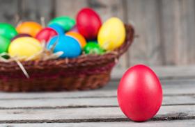 Húsvéti dekoráció: piros tojás festés