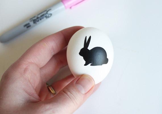 Első lépésként vagy kivágod a fotópapírból a nyuszi formát - ebben az esetben érdemes előre megrajzolnod magadnak egy sablont -, vagy kész matricát ragasztasz a tojásra.