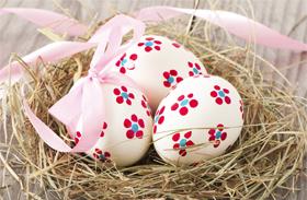 Húsvéti dekoráció: virágos húsvéti tojás