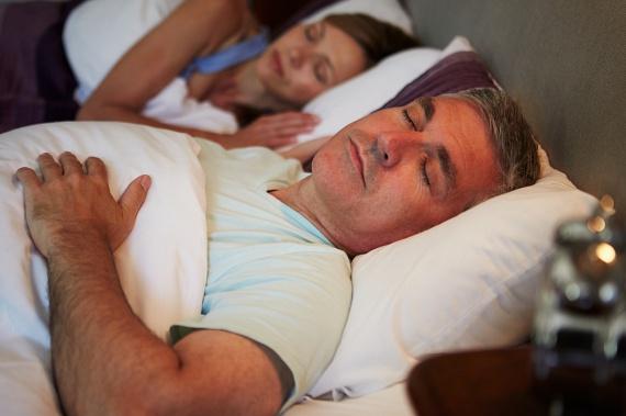 Háton alvók nem sokan vannak. Ugyan ez a póz jót tesz a vérkeringésnek, de nem ad nyugodt, pihentető alvást. Az ebben a pózan alvók tele vannak elvárásokkal, ugyanakkor szerények is. Nem szeretnek a középpontban lenni, de megbízhatóak, és lehet rájuk számítani. A szexben sem feltétlenül kezdeményezőek, mivel nyugodt típusok, de szívesen kísérleteznek, és semmi jónak nem az elrontói.