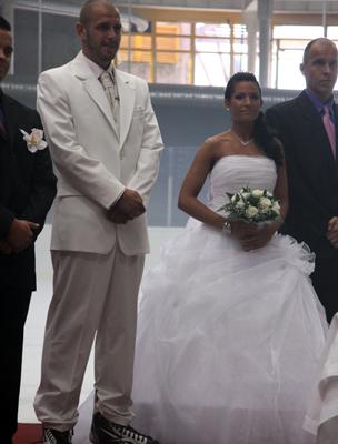 Márió csapattársai sorfalat álltak a vőlegény és a menyasszony bevonulásakor.